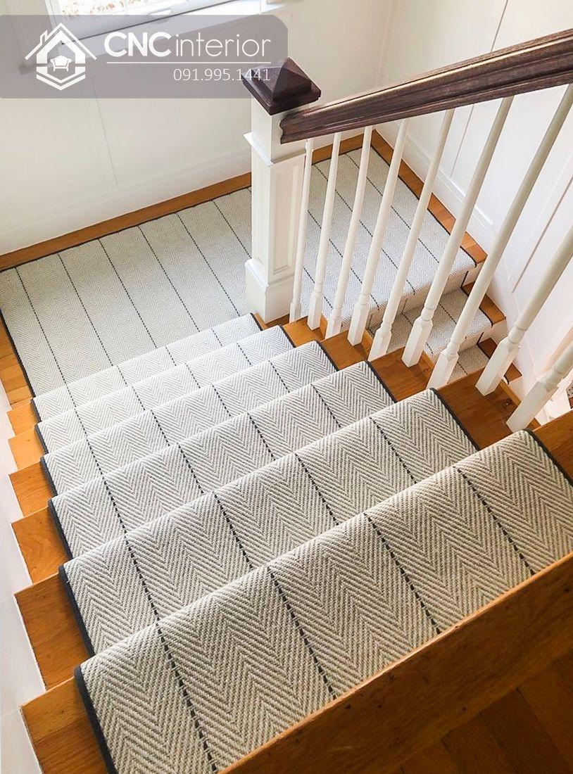 Cầu thang gỗ phòng khách kết hợp với thảm tiện ích