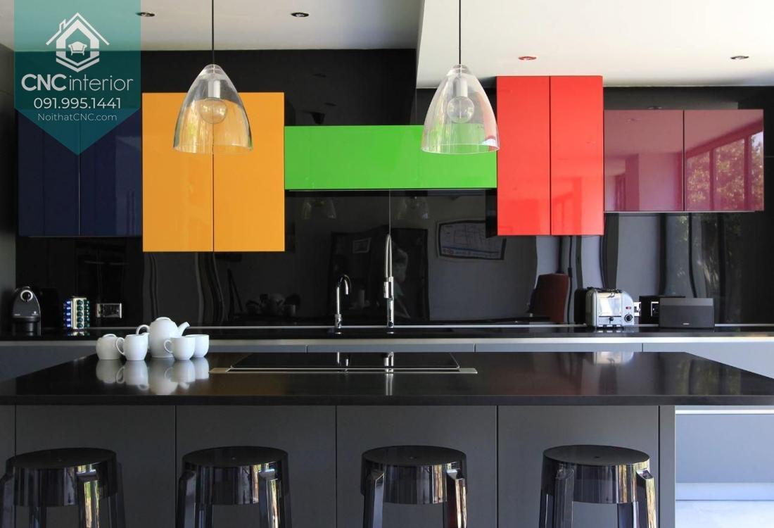Nhà bếp sinh động với mẫu tủ bếp nhiều màu sắc
