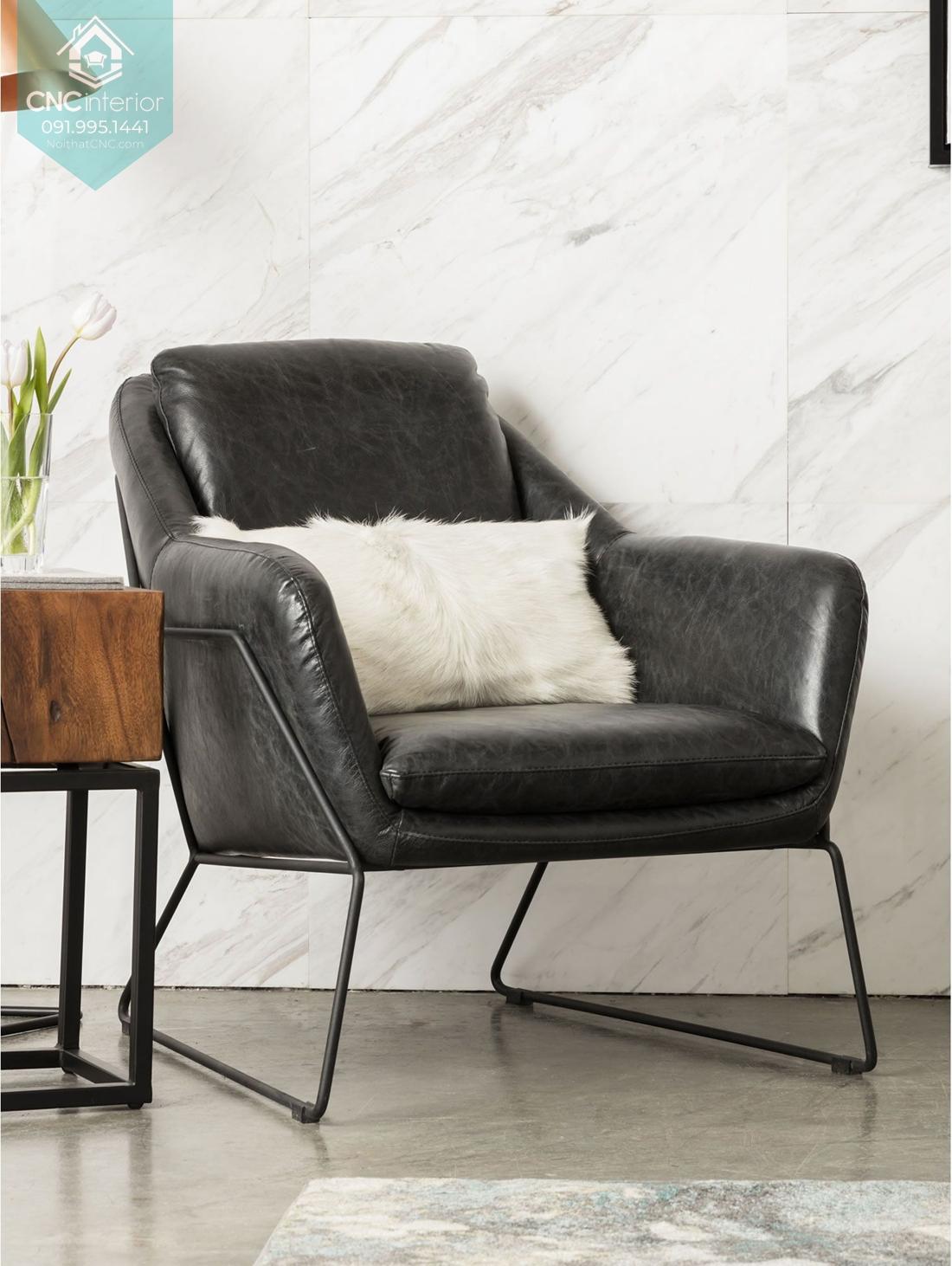 Sofa đen sang trọng kết hợp với chân kim loại thanh mảnh nhẹ nhàng