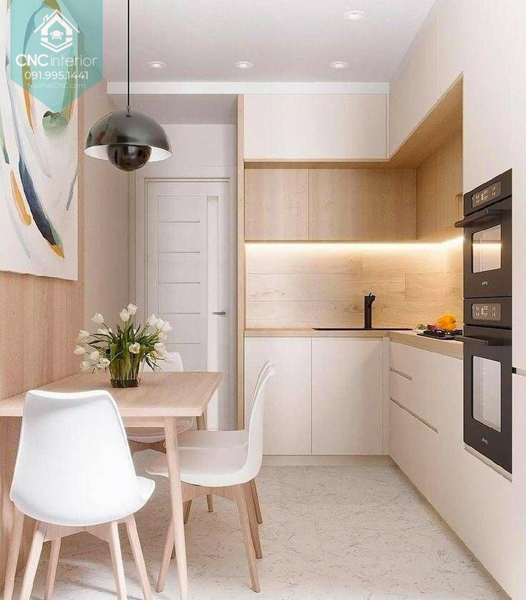 Với diện tích khiêm tốn bạn nên sử dụng sắc sáng và thiết kế tủ bếp phù hợp