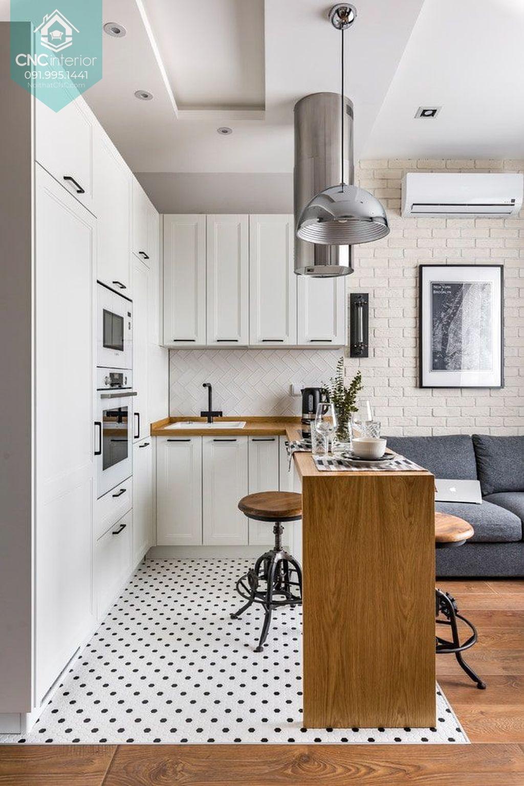 Quầy bar gỗ giúp tách biệt nhà bếp liền phòng khách