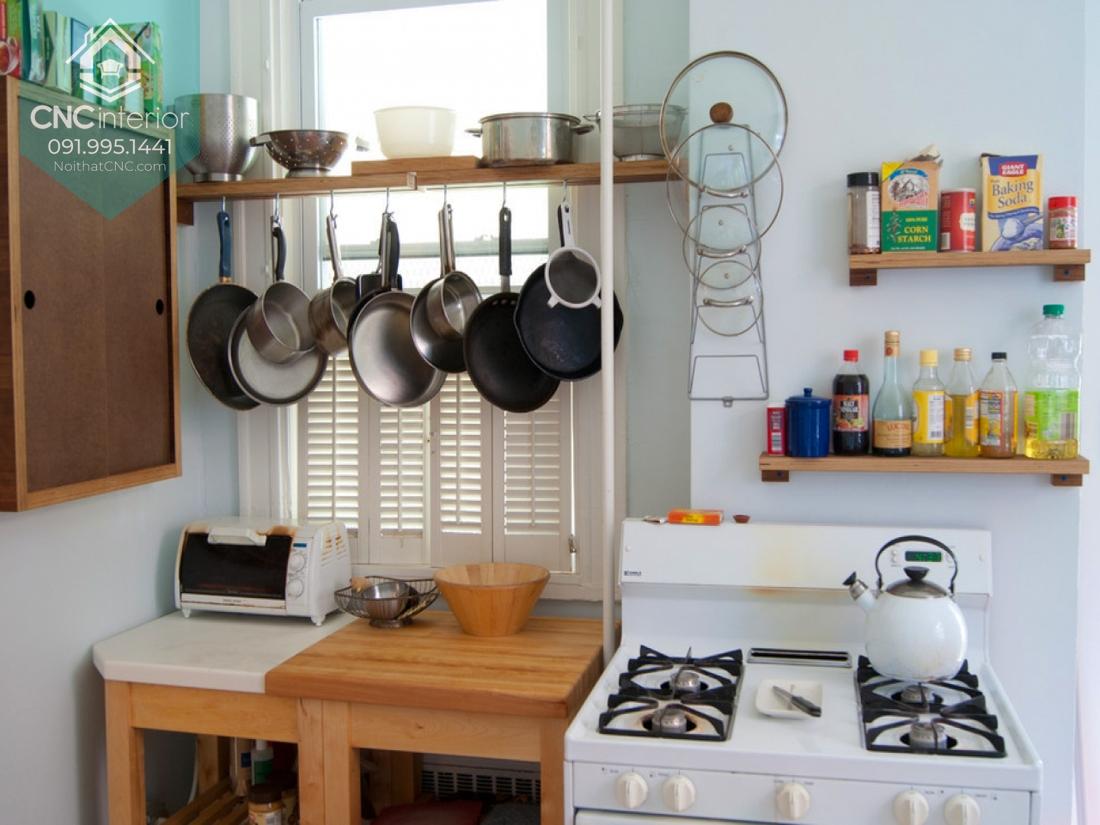 Giá, kệ treo tường là một đồ nội thất bếp thông minh thay cho tủ bếp