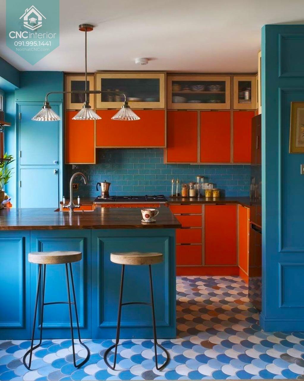 Sử dụng hai màu sắc tương phản ở vị trí hợp lý cũng là một trong các kiểu trang trí phòng bếp style Colour block