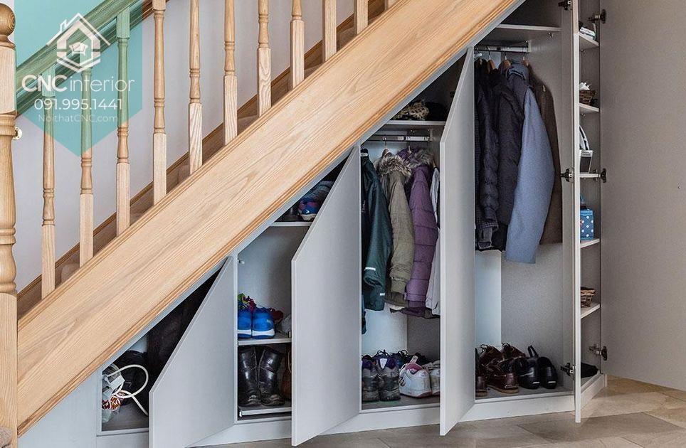 Tủ quần áo dưới gầm cầu thang giúp tiết kiệm diện tích