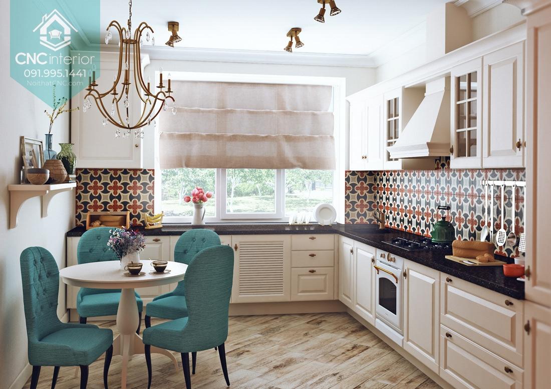 Căn bếp nhỏ được trang trí bắt mắt bằng đá hoa lát tường