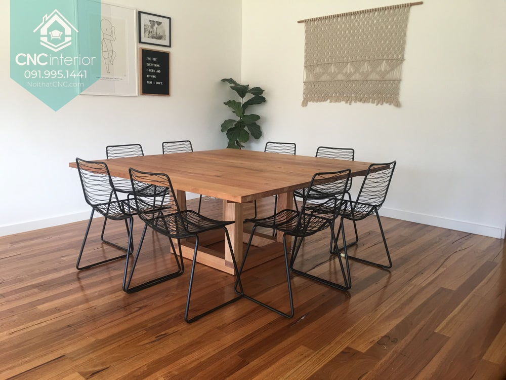 Bàn gỗ và ghế kim loại kết hợp cho mang đến nét đẹp lạ mắt