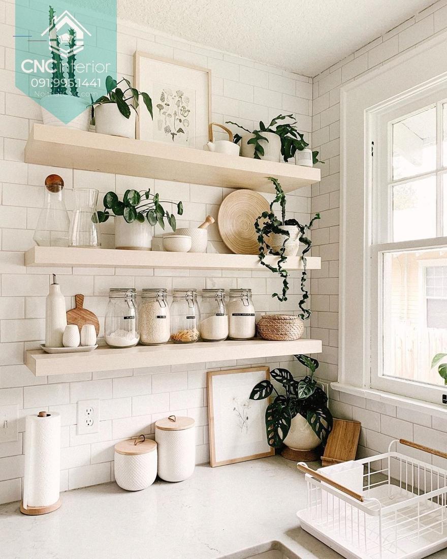 Kệ bếp gọn gàng và ấm cũng với màu trắng và gỗ sáng