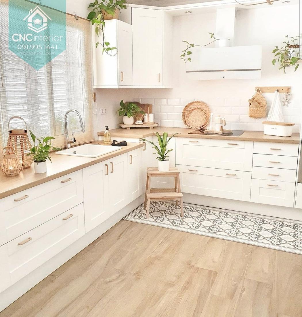 Không gian bếp ấm cúng với màu gỗ kết hợp cây xanh tươi mới