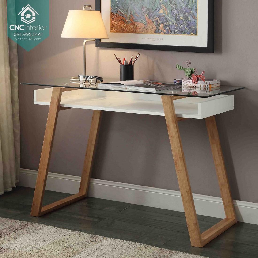 Mặt bàn sử dụng kính cường lực và sử dụng gỗ màu sáng